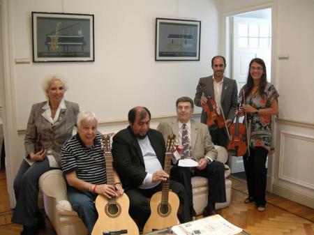 Susana Rinaldi, Horacio Malvicino, Zamba Quipildor y Leopoldo Federico entregan los instrumentos